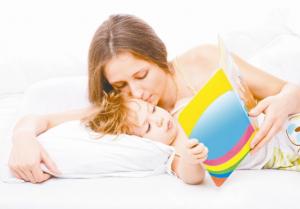 ребенок отдыхает с мамой, читая книжку