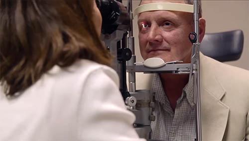 мужчина проверяет зрение