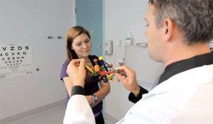врач показывает пример суставов