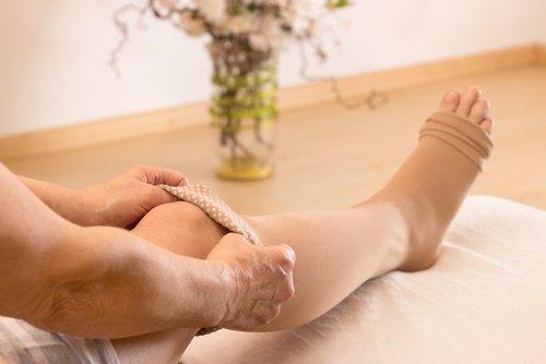 компрессионные чулки на ногах