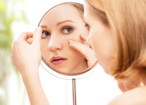 молодая девушка смотрит в зеркало