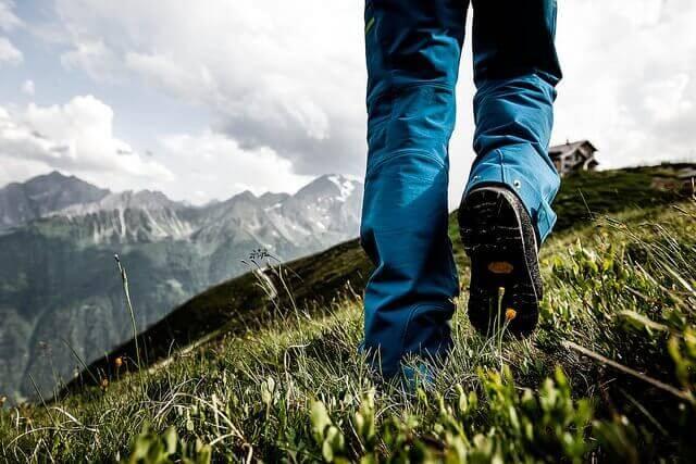 человек гуляет на холме