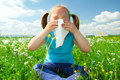 девочка страдает от аллергии и чихает