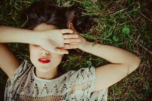 девушка лежит закрыв глаза