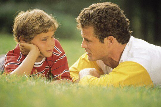 папа говорит с сыном