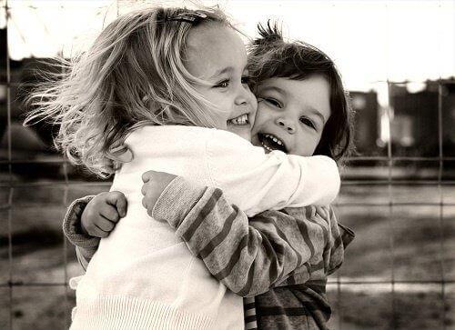 детишки обнимаются