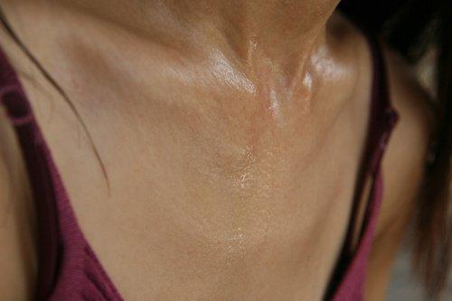 потная грудь