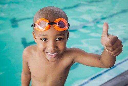 чернокожий ребенок у бассейна