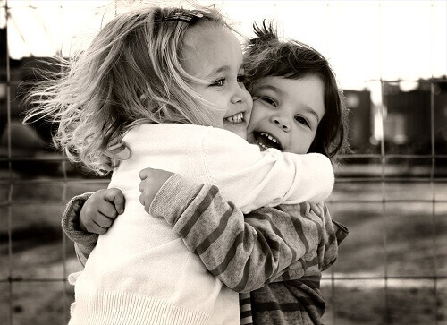 дети обнимаются чб фото