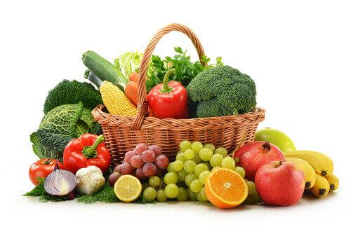 много сырых фруктов и овощей