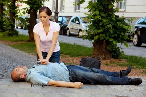 Помогите бессознательном человеку лечь на спину.