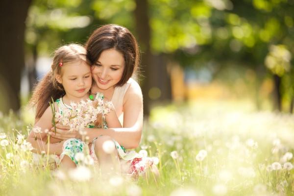 мать и дочь собрали полевые цветы