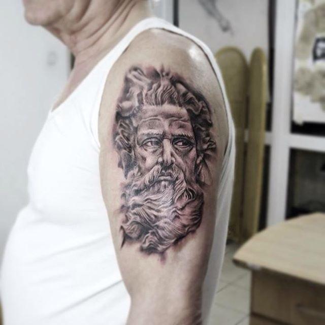тату греческий бог на руке