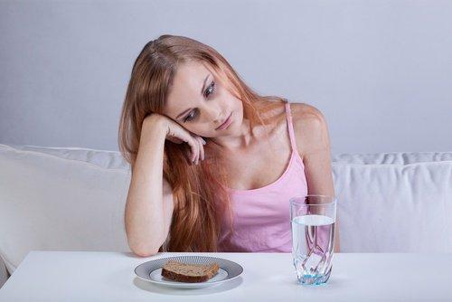 девушка грустна и не ест
