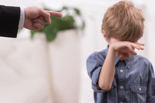 папа наказывает сына