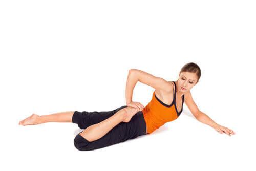 Растяжка четырехглавой мышцы на полу