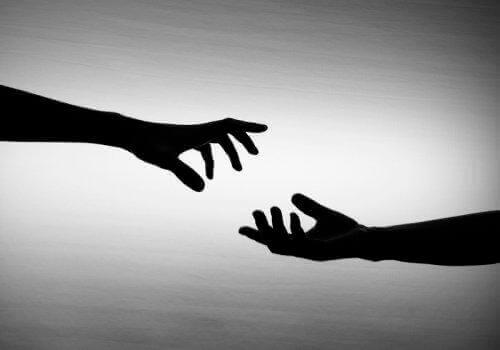 протяните руки друг другу
