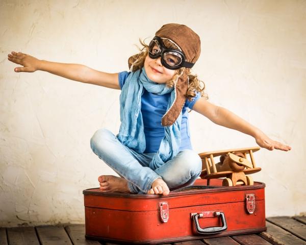 ребенок летит в путешествие