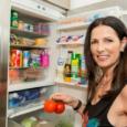 у холодильника