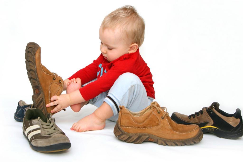ребенок выбирает обувь