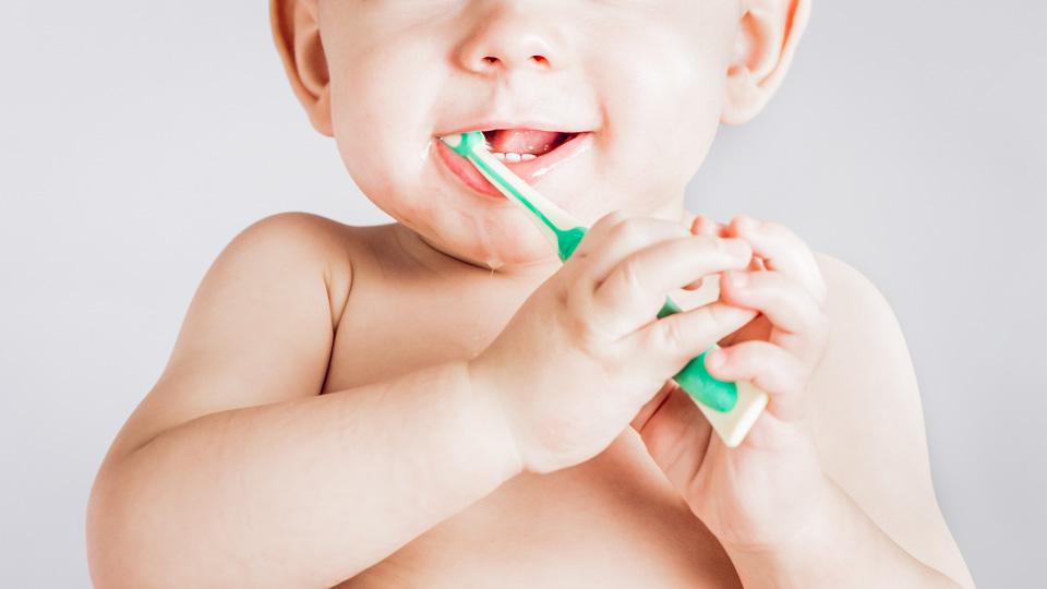 малыш чистит зубки
