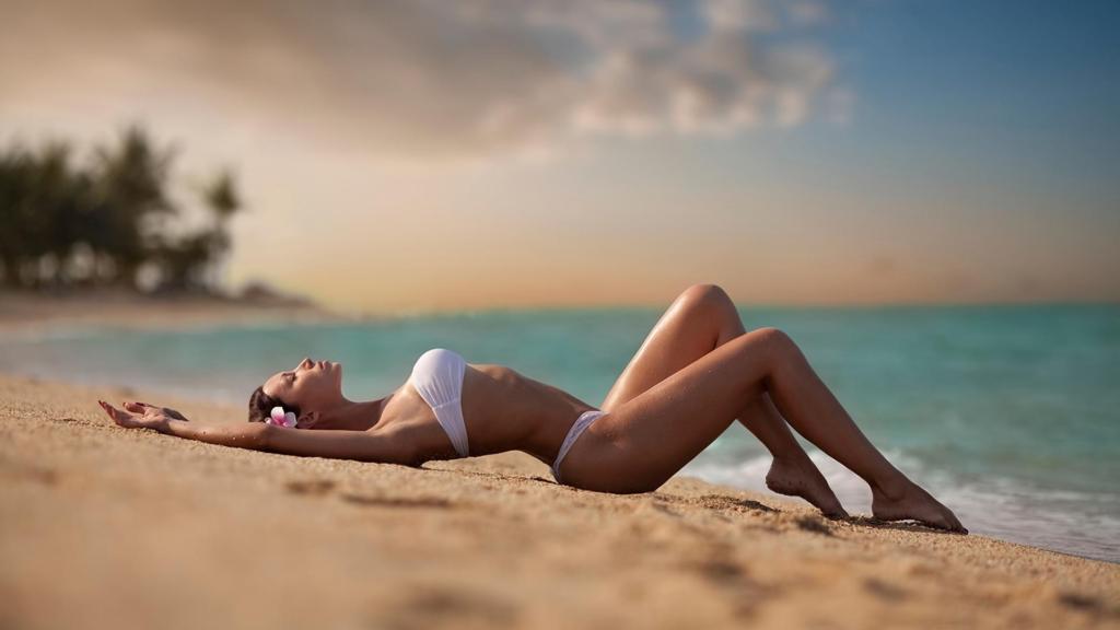 девушка на пляже загорает