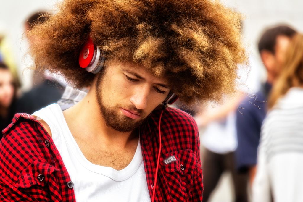 слушает музыку