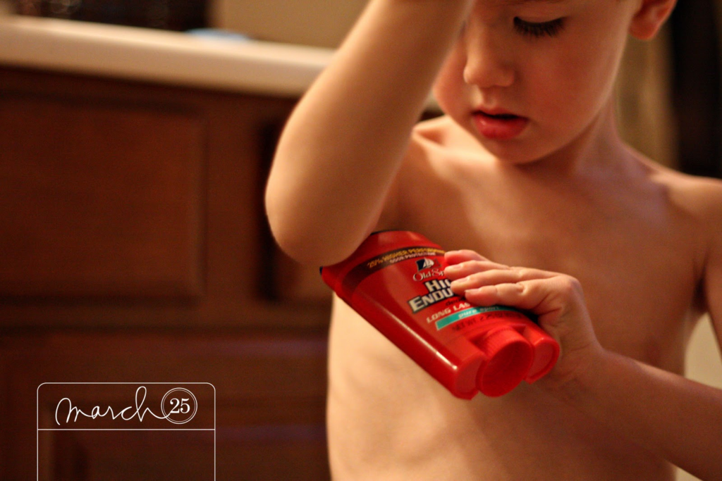 ребенок пользуется дезодорантом