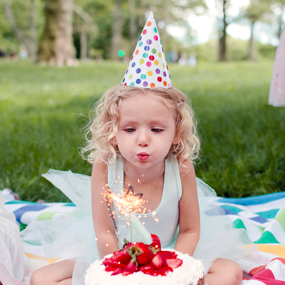 Трехлетняя девочка с клубникой