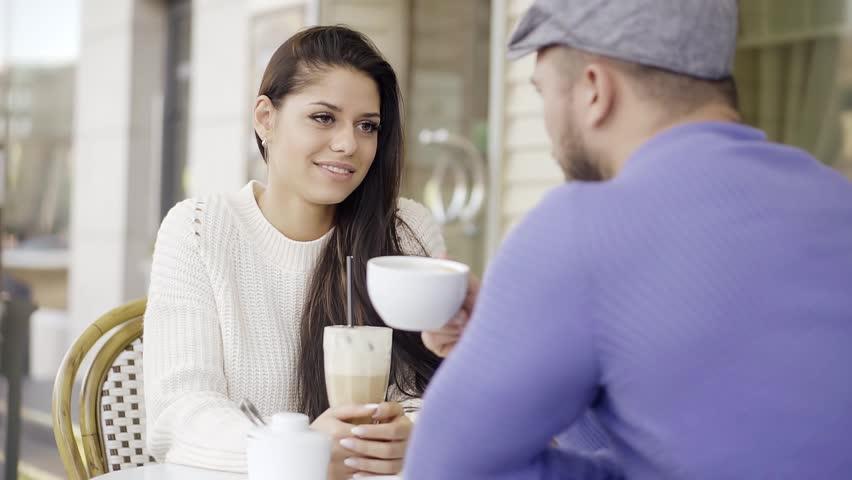 женщина смотрит в глаза мужчине