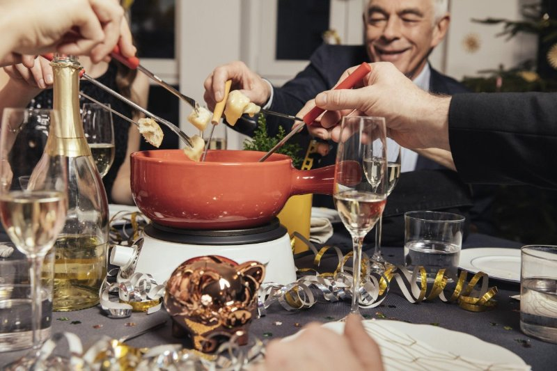 люди едят за столом