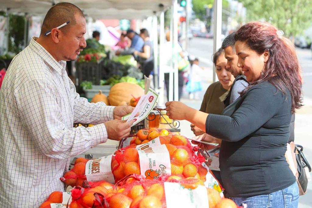 покупка фруктов на рынке