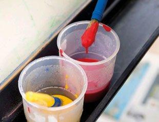 избыток краски о край чашки