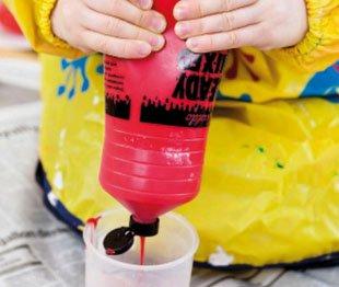 наливает свою краску в чашки