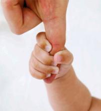 ребенок держится за палец