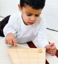 ребенок с ксилофоном
