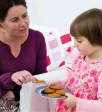 ребенок с печеньем
