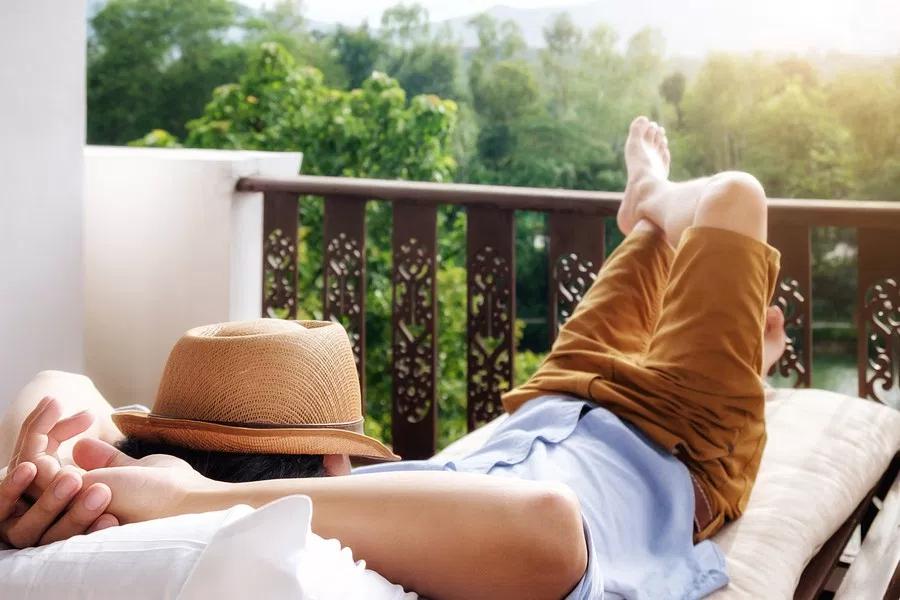 человек спит на балконе