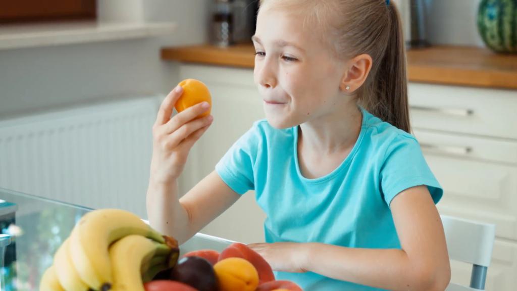 девочка с абрикосами