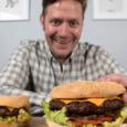 ест гамбургер