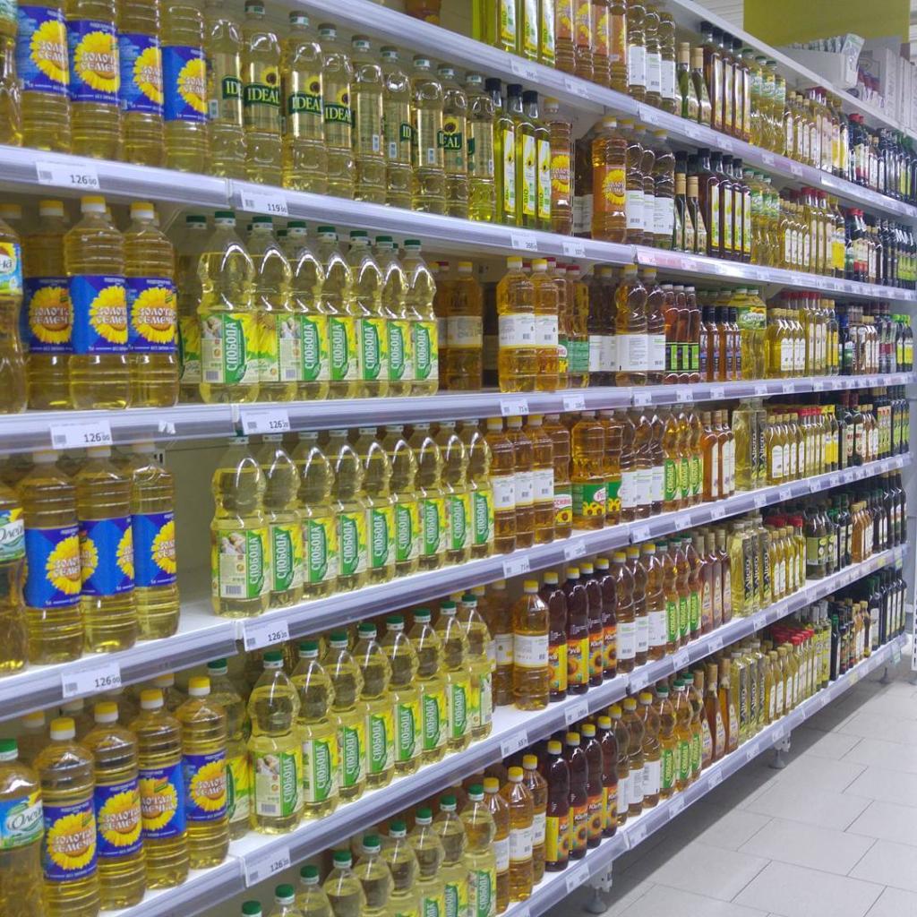 выбор растительных масел на полках в супермаркете