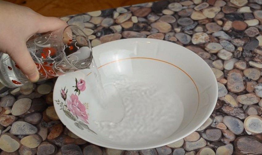 наливаем воду чтобы сделать ванночку с морской солью для ногтей