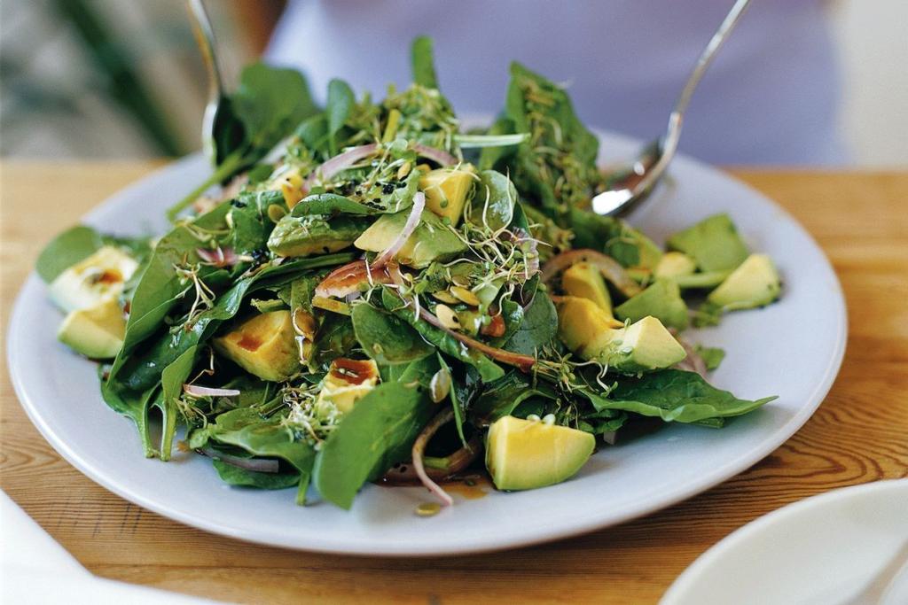 Салат со шпинатом, редисом и тыквенными семечками