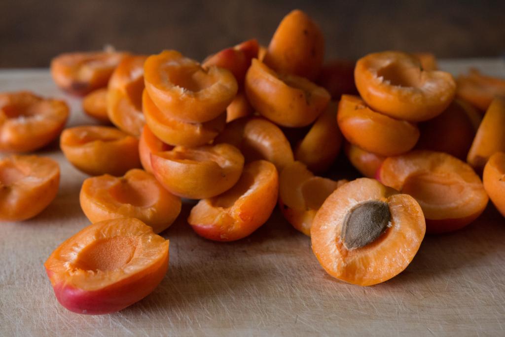 много сочных абрикосов