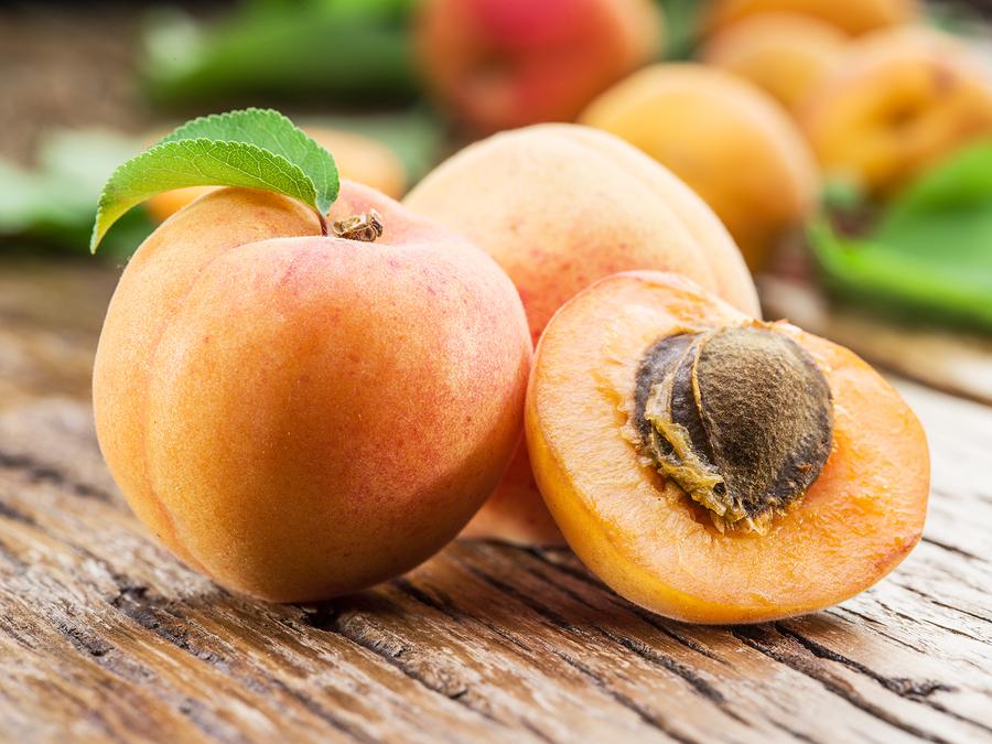 Сочные абрикосы с косточкой