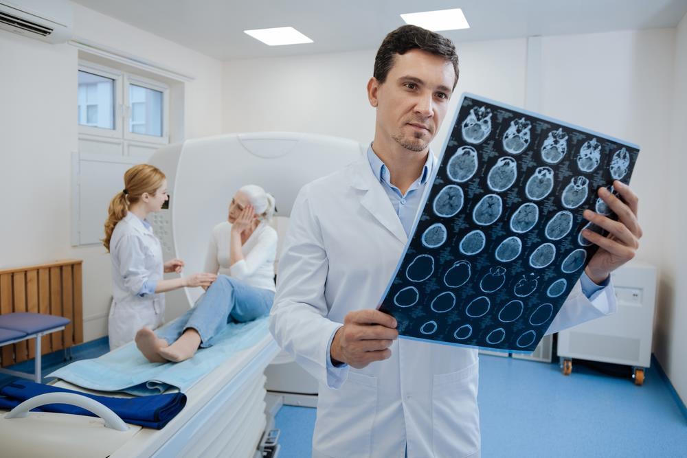 Врач рассматривает снимок МРТ