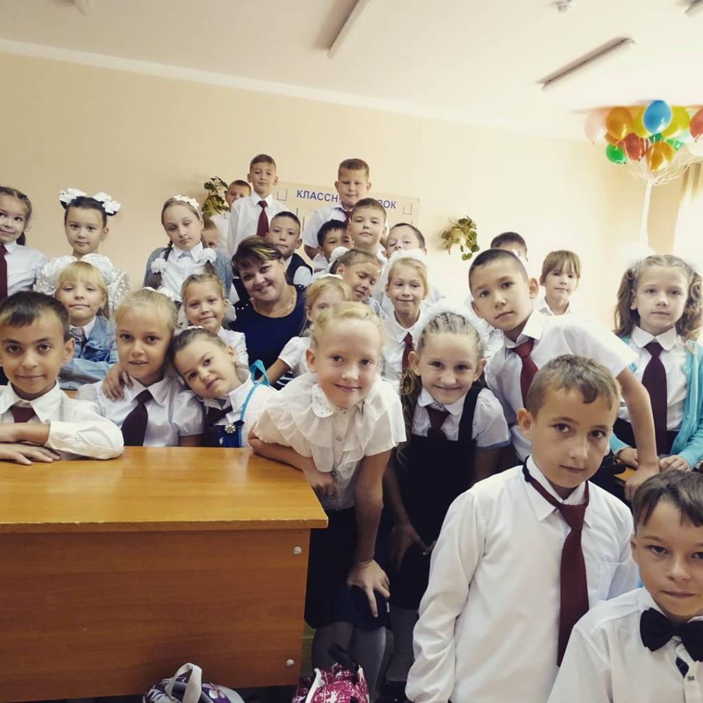 Дети идут в школу после летних каникул