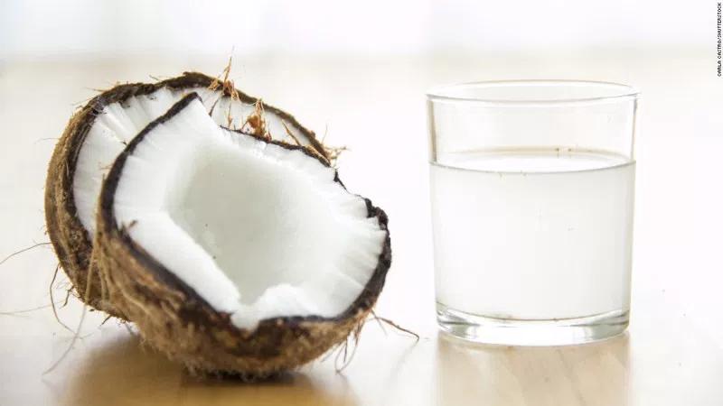 Кокосовая вода тонизирует кожу