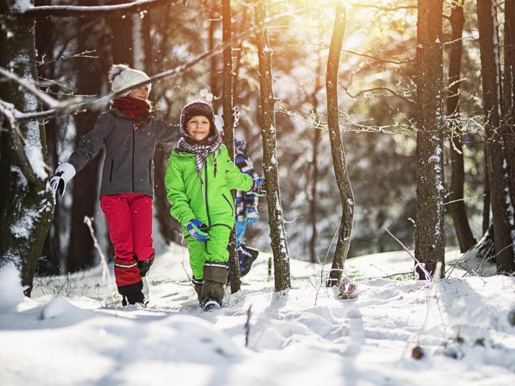 дети гуляют во время холодного сезона