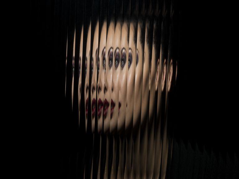 Портрет женщины через стекло